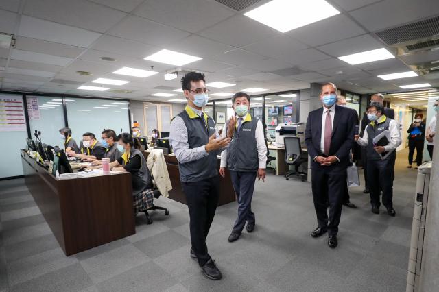 美國衛生部長艾薩(Alex Azar)(前右)10日下午率團參訪中央流行疫情指揮中心,由衛福部長、指揮中心指揮官陳時中(前右2)陪同。(中央社)