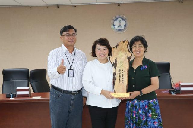 市長黃敏惠頒獎給李淑瑛老師。