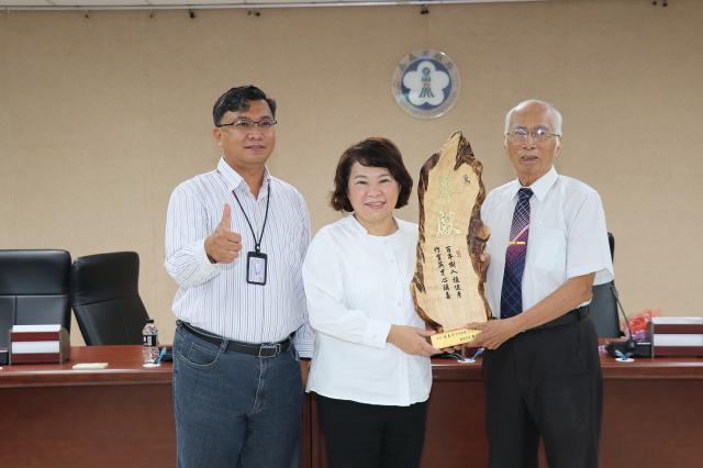 市長黃敏惠頒獎給陳喜彥老師。