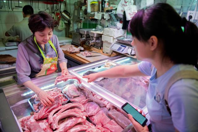 中國早前受非洲豬瘟影響,豬肉產量大減,其他肉類價格連動增長。示意圖。(Getty Images)