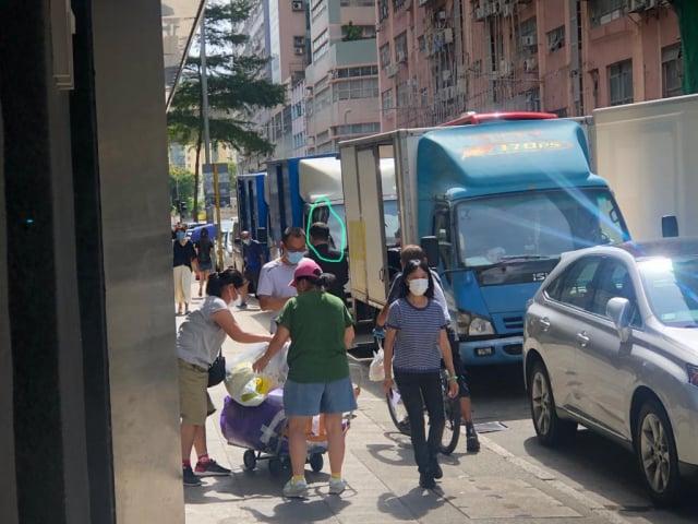 圖中穿黑衣禿頭男士8月10日中午跟蹤香港《大紀元》採訪主任梁珍。(香港大紀元)