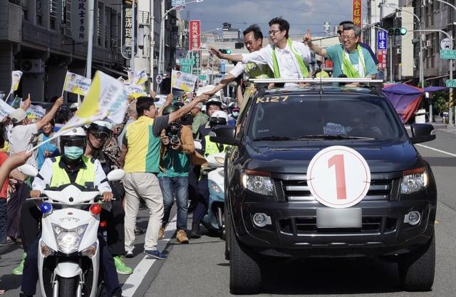 前副總統陳建仁(車上右)12日陪同民進黨高雄市長候選人陳其邁(車上中)在高雄展開車隊掃街。(中央社)