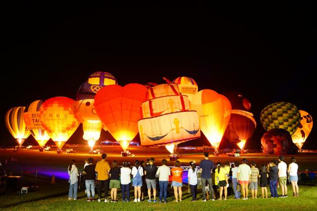 台東熱氣球嘉年華16日晚間於鹿野高台慶祝10周年,生日蛋糕球居中慶生。(台東縣政府提供)