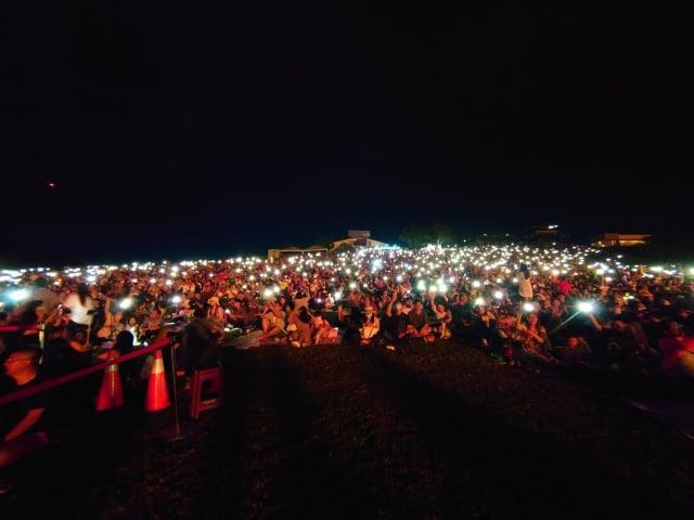 台東熱氣球光雕全場遊客開手機閃光燈配合音樂搖擺。