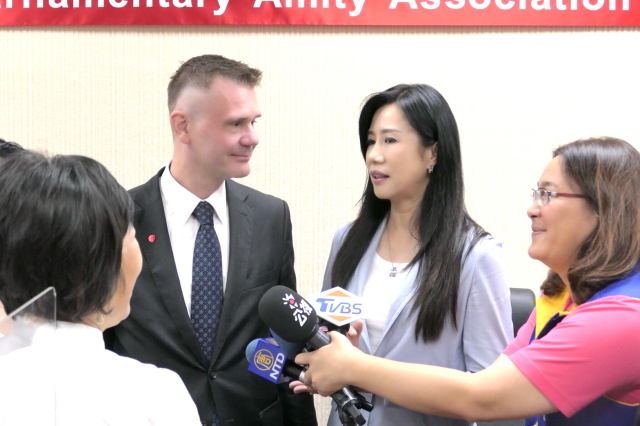 中華民國與捷克國會友好聯誼會,桃園市籍立委萬美玲(右2)擔任會長。
