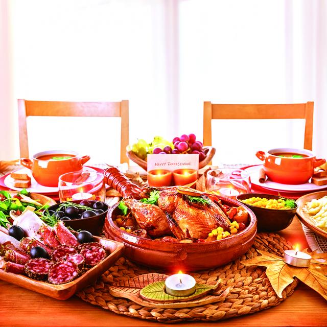 在餐桌上,人需要的東西遠遠不只是食物,還有信念。(123RF)