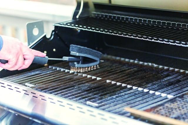 Rollins 分享,開始燒烤之前要清洗烤架並上油。(123RF)