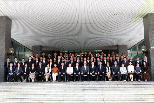 高雄市代理市長楊明州18日率市府團隊在四維中心大門口畢業合影。(高雄市政府提供)