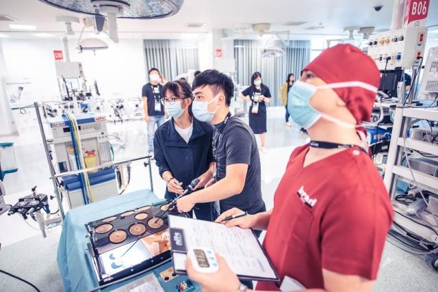 高中生參加微創醫學體驗營。(秀傳醫院提供)