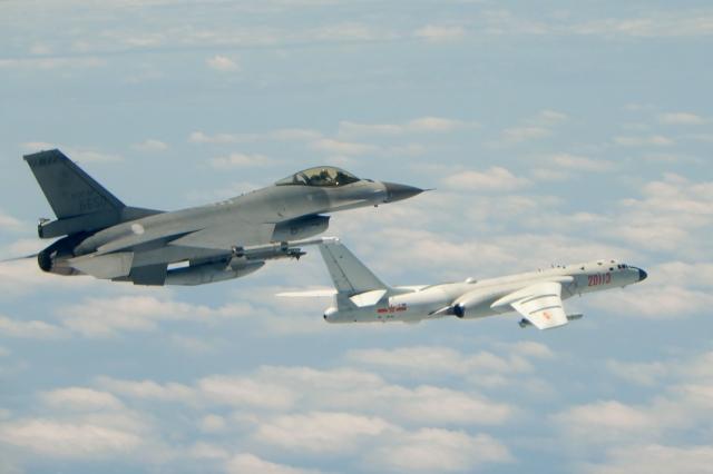 民調顯示,79.6%受訪者認為中共不可能犯臺。圖為我國F-16戰機監控繞臺共軍軍機。(Handout / TAIWAN DEFENCE MINISTRY / AFP)