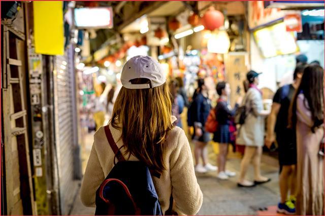 窄長的過道,通往高雄人的記憶——「三鳳中街」。(123RF)