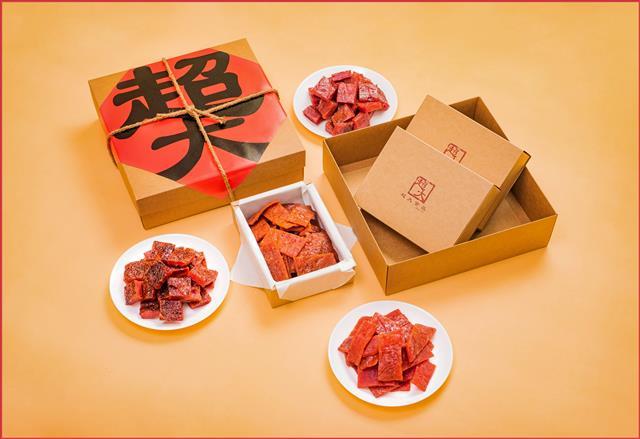 「簡約風」的包裝設計,使超大肉乾成為年節送禮的首選。(超大食品提供)