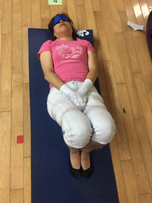 自立支援照護體驗--模擬床上約束。