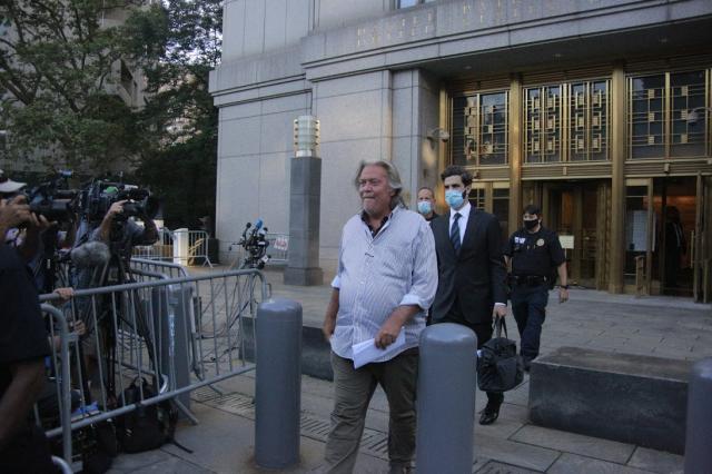 對於被控涉嫌電匯欺詐,前川普政府首席戰略顧問班農(Steve Bannon)(中)在紐約南區法庭表示,他不認罪。(黃小堂/大紀元)