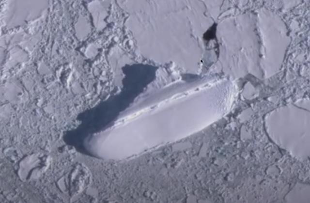 國外一名網友通過谷歌地球,在南極洲海岸的冰山上發現疑似一艘約120公尺長的 「冰船」,接近一艘中型輪船的長度。(MrMBB333/YouTube截圖)