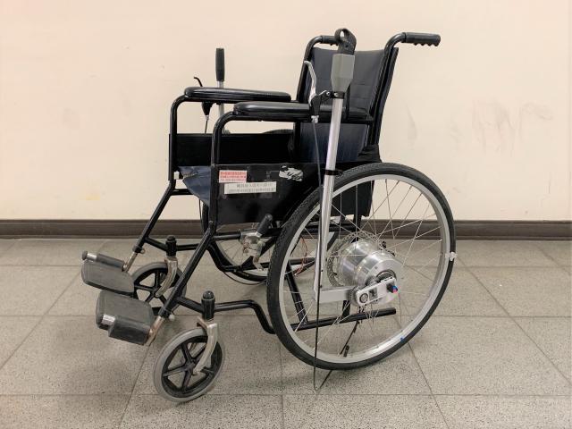 雲林科技大學機械工程系師生團隊研發「模組式雙動力 輸入裝置之推桿式輪椅」,省力且好收納,獲金牌肯定。(中華創新發明學會提供)