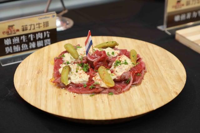 嫩煎生牛肉片與鮪魚辣根醬。(品牌提供)