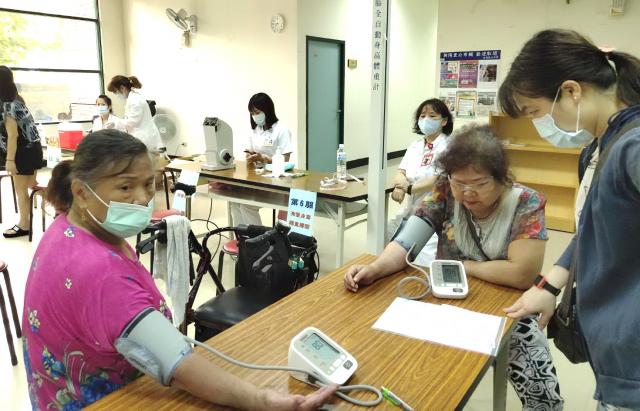 協助民眾測量血壓,及身高/體重/視力測量。