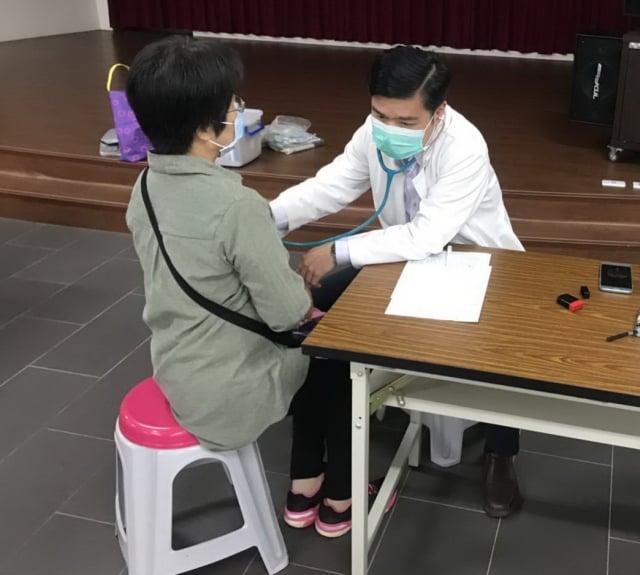 醫師為民眾理學檢查及健康諮詢。