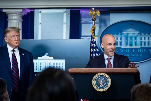 美國食品暨藥物管理局局長哈恩(右)8月23日與美國總統川普(左),在記者會上宣布,批准血漿療法的緊急使用授權。(Getty Images)