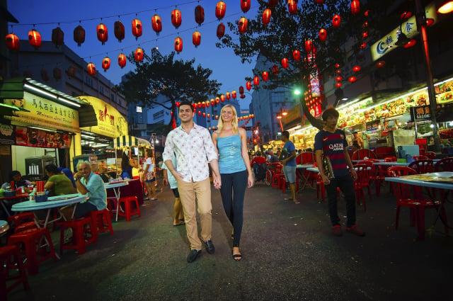 參與在地文化一日遊,嘗遍在地各式巷弄美食或特色小吃。(馬來西亞觀光局提供)