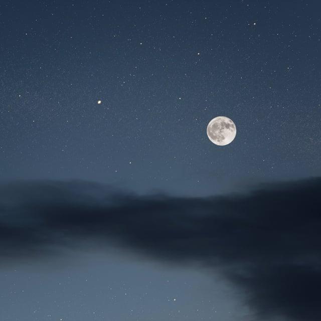 步出戶外,來自風中微弱的信息飄然墜落,夜晚的天空暗無星空,不知今晚牛郎織女相會否?(123RF)