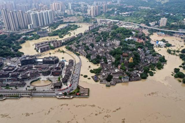 長江流域洪水肆虐,迫使諸多工廠生產陷入癱瘓。圖為8月19日重慶水災景象。(AFP)