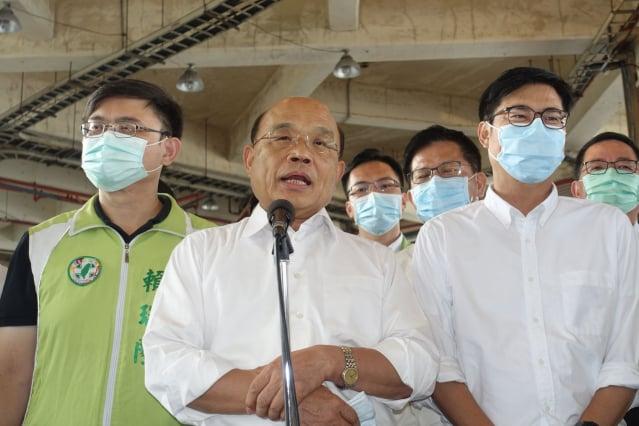 行政院長蘇貞昌(中)表示,馬英九接受總統退職禮遇,竟發言造成民眾不安,實在對不起台灣人民的厚待。(記者李晴玳/攝影)