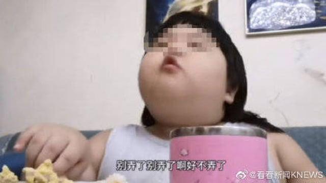 中國吃播小網紅「佩琪」,年僅3歲體重已達35公斤,引起網友關注。(網路圖片)