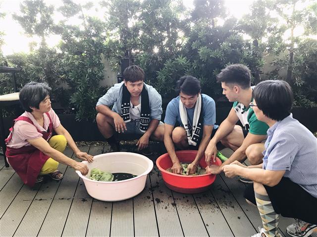 「今晚住誰家」節目:歐漢聲、李李仁、肯納體驗楓樹社區獨有的麻芛日活動。(合勤共生宅提供)