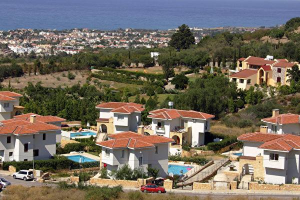 賽浦勒斯凱里尼亞北部城市的別墅群。(PATRICK BAZ/AFP)