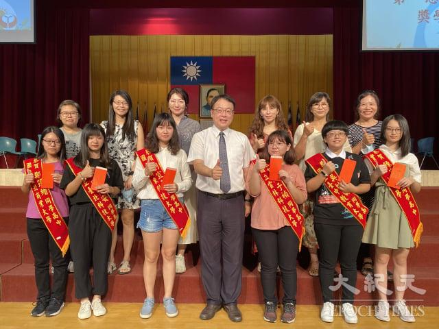 國立員林家商校長陳定宏率應屆畢業班導師與菁英獎得主合影。