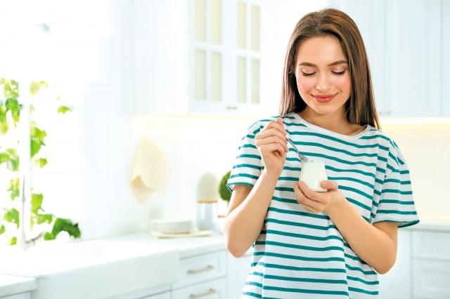 早上可以選擇輕鬆又方便的食物如優酪乳、優格等,再搭配其他餐點或成為替代飲料,以作為益生菌攝取的來源,就能在日常生活中持續補充腸道抗敏好菌,改善腸道環境。(Shutterstock)