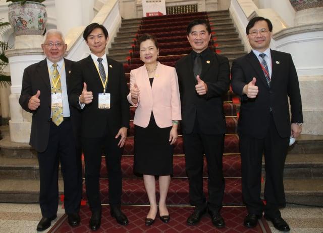 經濟部長王美花(中)表示,臺美經貿合作可從防疫合作、供應鏈互補及洽簽貿易協定3面向討論。(中央社)