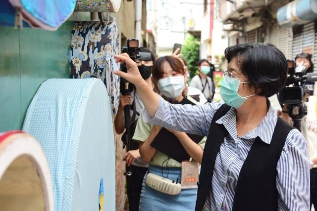 彰化市長王惠美小西巷弄美學 記者會對作品巡禮。(彰化縣政府提供)