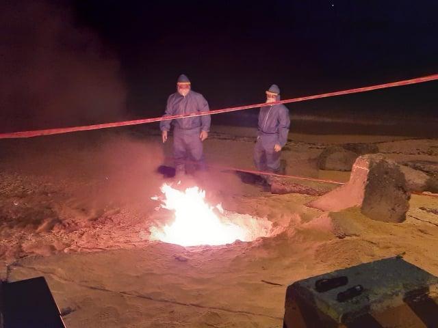 小琉球杉福漁港旁沙灘發現一隻豬屍,經防疫人員採檢後,立即將該豬屍體就地焚化掩埋,並對周邊環境進行消毒。(屏東縣動物防疫所提供)