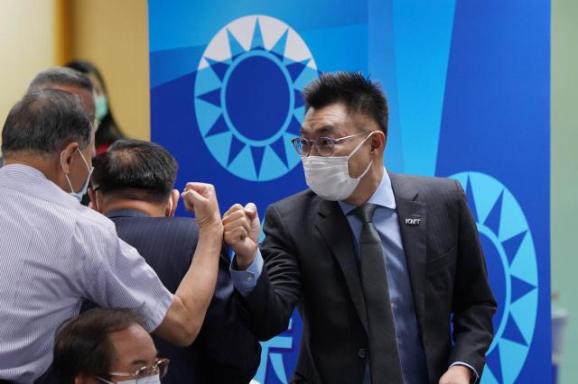 國民黨主席江啟臣(右)7日在國民黨中央黨部出席第 20屆中央評議委員第4次會議,向與會人員互碰拳頭致意。(中央社)