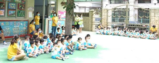 東東幼兒園的孩子們加入幫助桃園在地的弱勢植物人及其家庭。