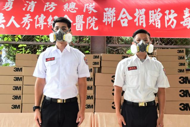 彰化消防局示範防毒面罩裝備。(彰化縣政府提供)