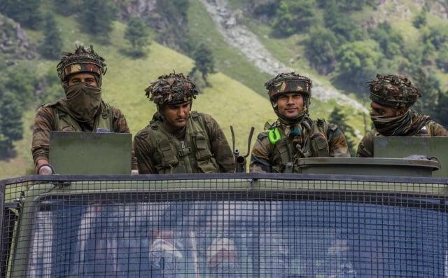 印局勢緊張升高,使印度政府與臺灣建立更深層次的外交關係成為當務之急。圖為中印邊境的印度士兵。(Yawar Nazir/Getty Images)