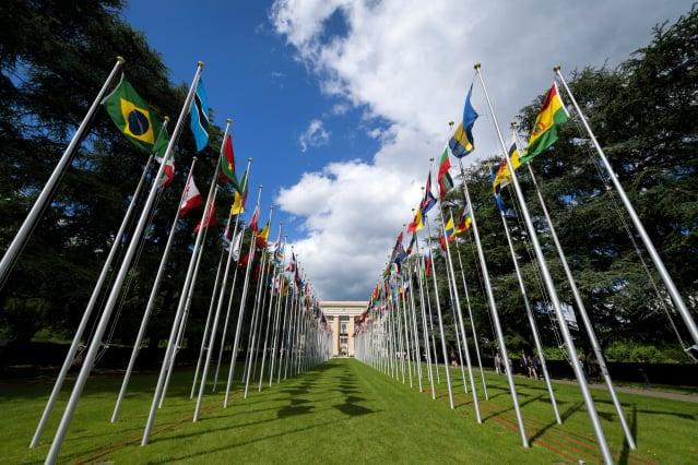 圖為位於日內瓦的聯合國大廈前的各國國旗。(FABRICE COFFRINI/AFP via Getty Images)