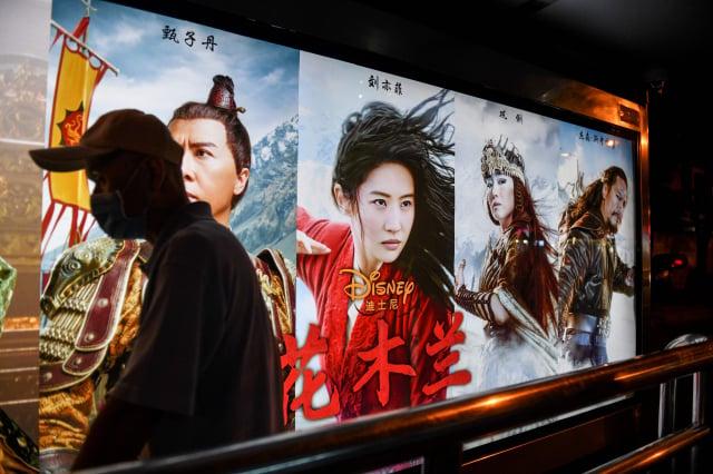 迪士尼拍攝的影片《花木蘭》在中國大陸上映,但首日票房與迪士尼的預期相比,可謂慘淡。(GREG BAKER/AFP via Getty Images)