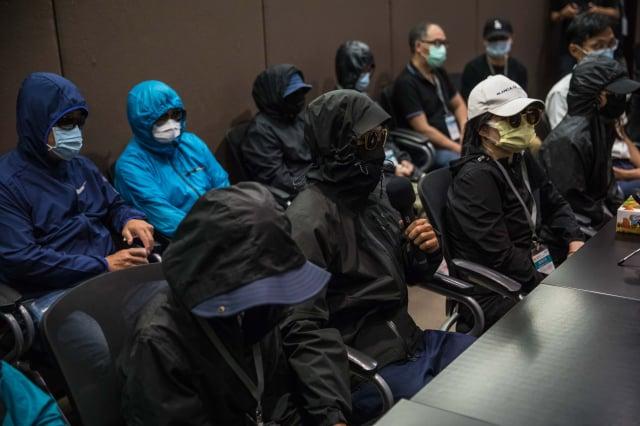 律師黃帝穎呼籲,被關押的12人需要繼續關注,香港人權才會被重視。圖為12港青家屬日前召開記者會。(DALE DE LA REY / AFP)
