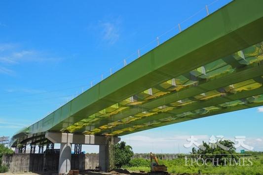 北外環第3期最具挑戰性的東段工程,須跨越國道1號吊裝鋼箱梁,已於7月全數完成。