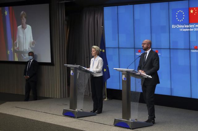 圖為9月14日,歐中峰會後,歐盟執委會主席范德賴恩(左)和歐洲理事會主席米歇爾(右),向北京發出了強硬對話訊息。(YVES HERMAN / POOL / AFP)