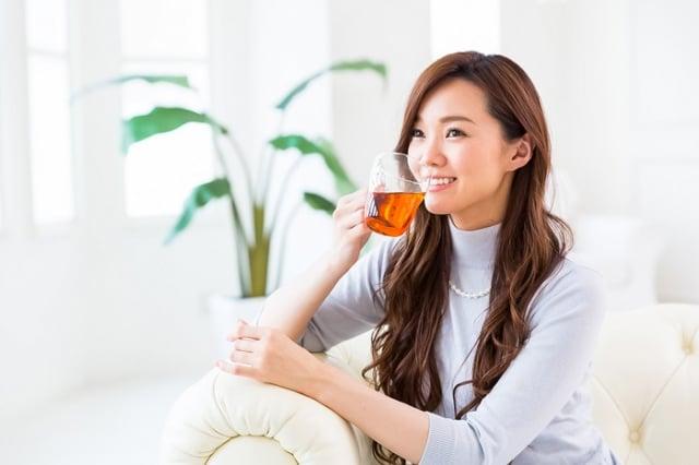 人類祖先以茶為藥,用之解毒的歷史背景;再到東漢著名醫學家華佗的著作《食論》中,記載茶有提神醒腦的藥效,可見單味茶葉早已有保健之效。(Shutterstock)