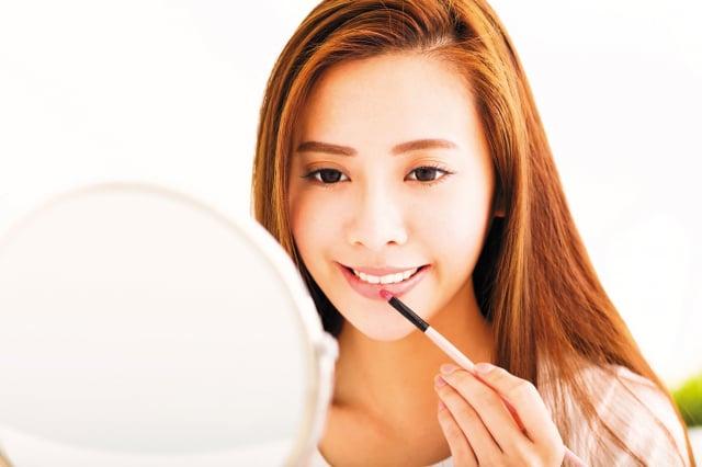 根據美國生活網站lifestyle9.org整理的6個脣彩選色原則與脣妝技巧。(123RF)