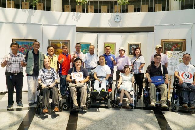 員林市長游振雄(後排右四)到大葉大學參觀口足畫家展。(大葉大學提供)