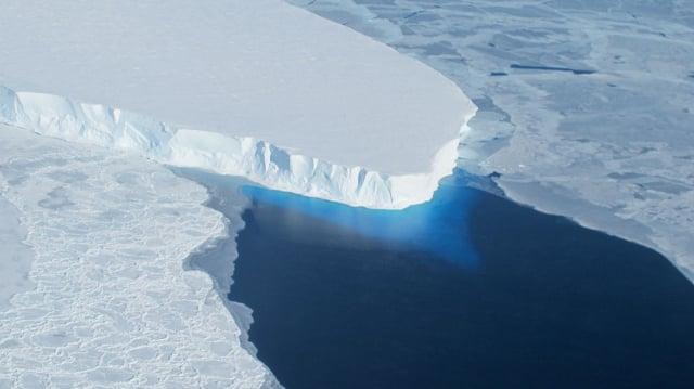 英美科學家最新發現,有「末日冰川」之稱的南極思韋茨冰川(Thwaites Glacier)之所以會快速融化,是因為冰層基底有2攝氏度的暖流不斷沖刷。圖為思韋茨冰川。(公有領域)