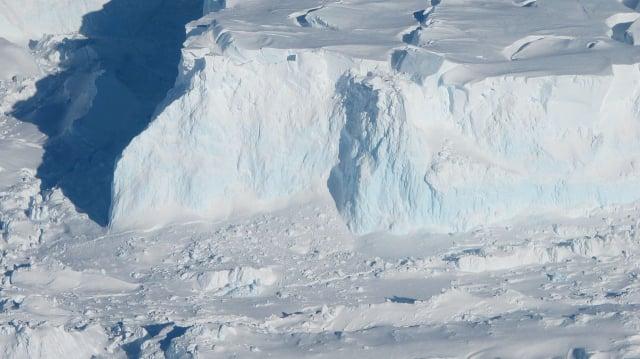 南極思韋茨冰川冰架的近景圖。(公有領域)